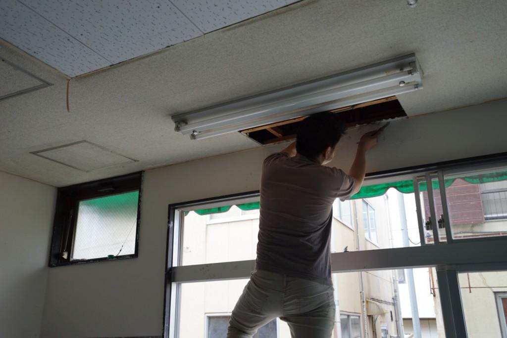 天井を壊す